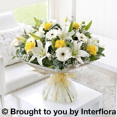Lemon and Whiteandnbsp;Flowers - Flowers in Water
